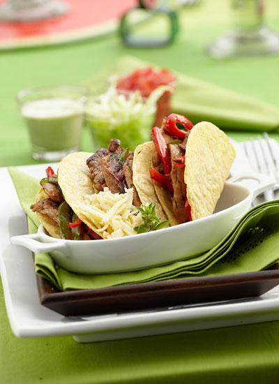 Tacos rellenos de cerdo con salsa roja de tomate asado