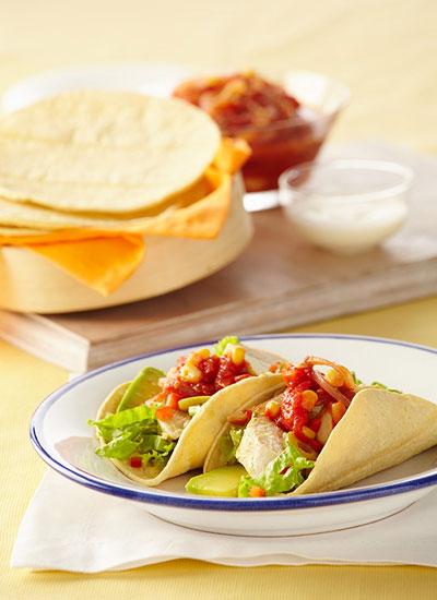Tacos rellenos de pollo con salsa de tomate picosa