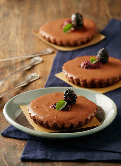 Torta de tofu, moras y chocolate con crocante de almendras